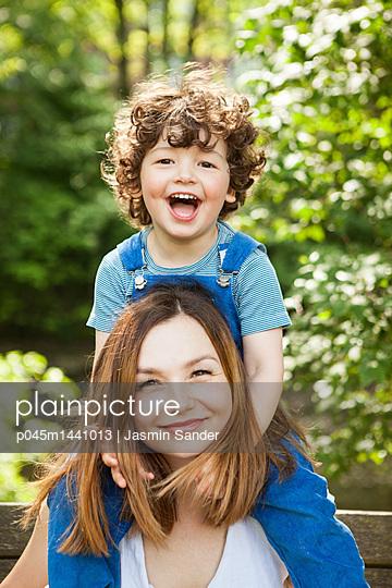 Mama und glücklicher Junge  - p045m1441013 von Jasmin Sander