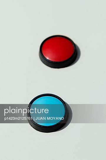 Red and blue push-buttons - p1423m2125761 von JUAN MOYANO
