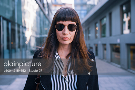 Portrait of women with sun glasses looking at camera - p300m2154652 by Studio 27