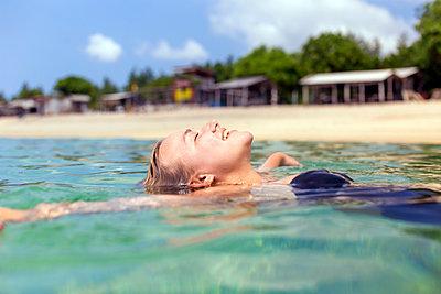 Junge Frau im Wasser - p1108m1214435 von trubavin