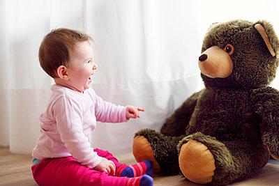 Gute Unterhaltung mit Teddybär - p1196m1201696 von Biederbick & Rumpf