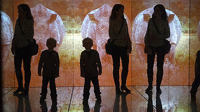 Silhouette einer Mutter mit ihren Sohn - p1354m1362655 von Kaiser