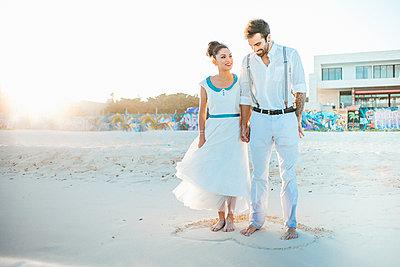 Brautpaar am Strand - p680m1207170 von Stella Mai