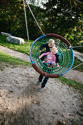 Vater und Kinder auf dem Spielplatz - p819m1128895 von Kniel Mess