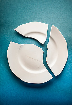 Broken plate - p971m2020767 by Reilika Landen
