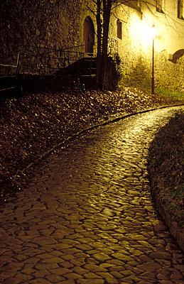 Altstadtgasse bei Nacht - p9791319 von Opelka
