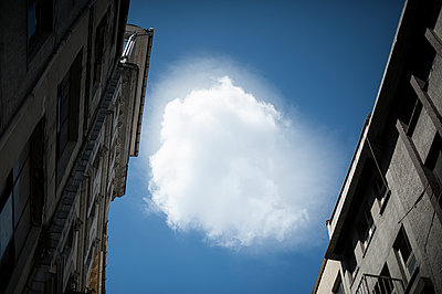 Lost cloud in a city - p1007m1059825 by Tilby Vattard