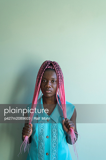 Young african woman with dreadlocks - p427m2089603 by Ralf Mohr
