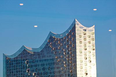 Elbphilharmonie mirroring in window - p719m1133093 by Rudi Sebastian