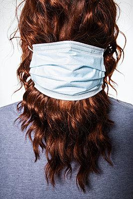 Langhaariger Mann mit OP-Maske - p930m2253767 von Ignatio Bravo