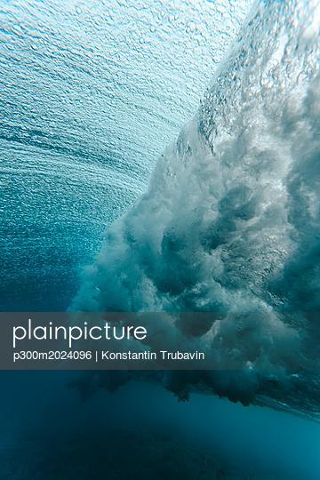 Maledives, Ocean, underwater shot, wave - p300m2024096 von Konstantin Trubavin