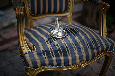 Old chair with an empty tea glass - p1007m1134894 by Tilby Vattard