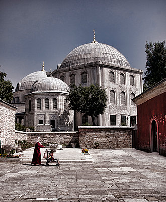 Frau mit Kinderwagen vor einer Moschee - p1445m2134271 von Eugenia Kyriakopoulou