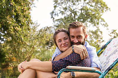 Couple in allotment garden - p788m2027408 by Lisa Krechting