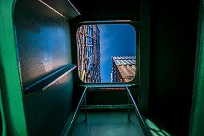Geöffnete Luke auf Containerschiff - p1157m1041455 von Klaus Nather