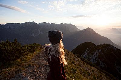Austria, Tyrol, hiker enjoying the view on Achensee at sunrise - p300m2069747 by Anita Fuchs