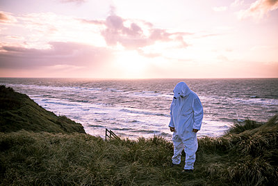 Denmark, Nordjuetland, Man wearing ice bear costume at the beach - p300m2070746 by realitybites