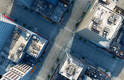 Aerial view of New York City intersection, New York, United States - p555m1311486 by Chris Clor