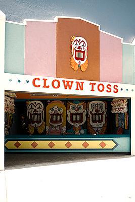 Clown Toss - p737m1006797 by Tamara Jung-König