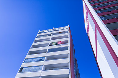 High rise building under blue sky - p1301m1578217 by Delia Baum