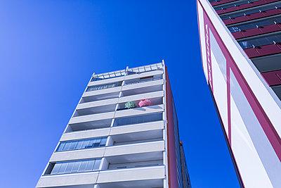 Hochhaus bei blauen Himmel - p1301m1578217 von Delia Baum