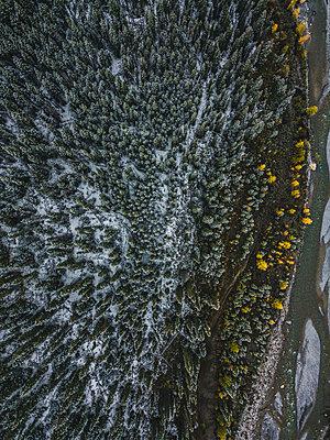 Flussverlauf und Wald aus der Drohnenperspektive - p1455m2203757 von Ingmar Wein