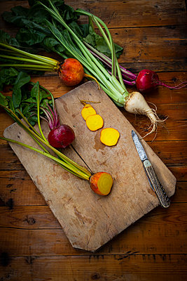 Assorted beets on cutting board - p300m2156470 by Larissa Veronesi