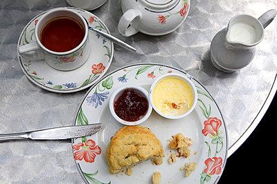 Set of cream tea on table - p3881798 by Ulrike Leyens