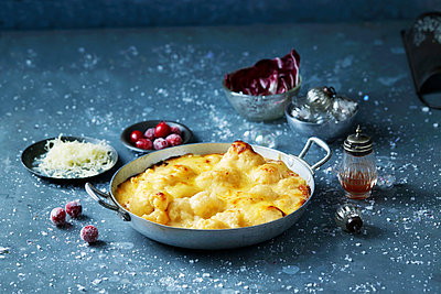 Cauliflower cheese in skillet, Christmas food - p429m2068519 by Danielle Wood