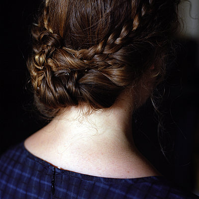 Rear view of girl with braided hair - p945m1475416 by aurelia frey