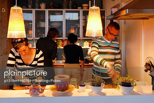 Paare kochen zusammen in einer Küche, Leipzig, Sachsen, Deutschland - p1316m1160761 von Roetting+Pollex
