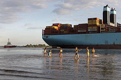 Kinder am Elbstrand mit Containerschiff - p076m2014660 von Tim Hoppe