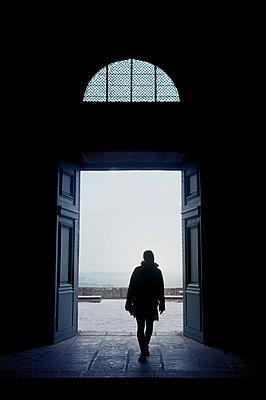Kirchenportal in Mont St. Michel - p470m1591899 von Ingrid Michel