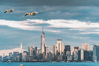 New York cityscape from Coney Island - p300m2166558 von David Agüero Muñoz