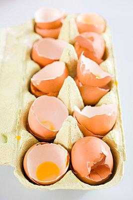 Still-life eggshells in a box - p4292361f by Emely