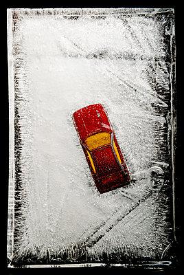 Rotes Spielzeugauto im Eis - p451m1207566 von Anja Weber-Decker