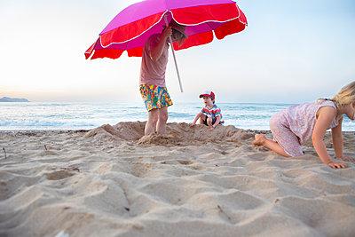 Strandurlaub mit Familie - p454m2044114 von Lubitz + Dorner