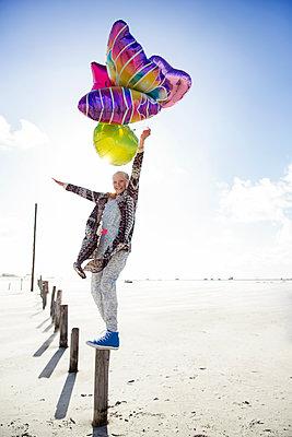 Mädchen mit Luftballons am Strand - p788m1133387 von Lisa Krechting