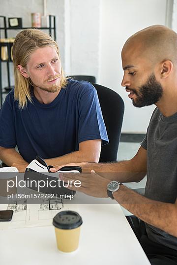 Männer im Gespräch - p1156m1572722 von miep