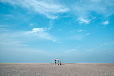 Deutschland, Westerhever, Rettungsturm am Strand - p1696m2296594 von Alexander Schönberg