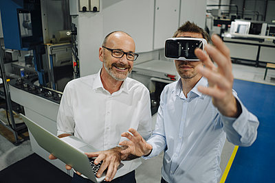 Two men with VR glasses in factory - p300m2171121 by Kniel Synnatzschke
