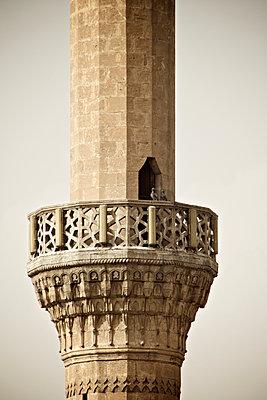 Zwei Tauben auf dem Geländer eines Minarett in Sanliurfa, Türkei - p586m971427 von Kniel Synnatzschke