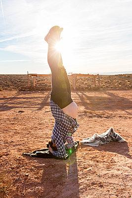 Pregnant woman performing yoga, Moument Valley - p756m2087315 by Bénédicte Lassalle