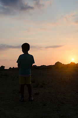 Little boy standing outdoors  - p794m945918 by Mohamad Itani