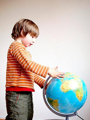 Junge mit Globus - p879m700922 von nico