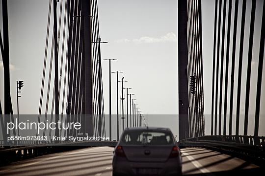 Fahrt über die Öresundbrücke - p586m973043 von Kniel Synnatzschke