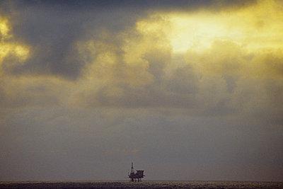 Bohrinsel und dramatischer Himmel - p1418m1571449 von Jan Håkan Dahlström