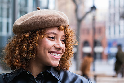Barcelona, Spain. Stylish french woman with curly red hair enjoying the city. Fashion, hair style, redhead, european, young, beauty, technology, bar, restaurant, coffee time, lifestyle - p300m2267952 von NOVELLIMAGE