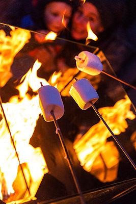 Roasting marshmallows - p427m1556503 by Ralf Mohr