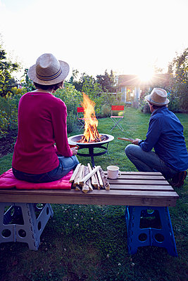 Lagerfeuer im Garten - p464m1189750 von Elektrons 08